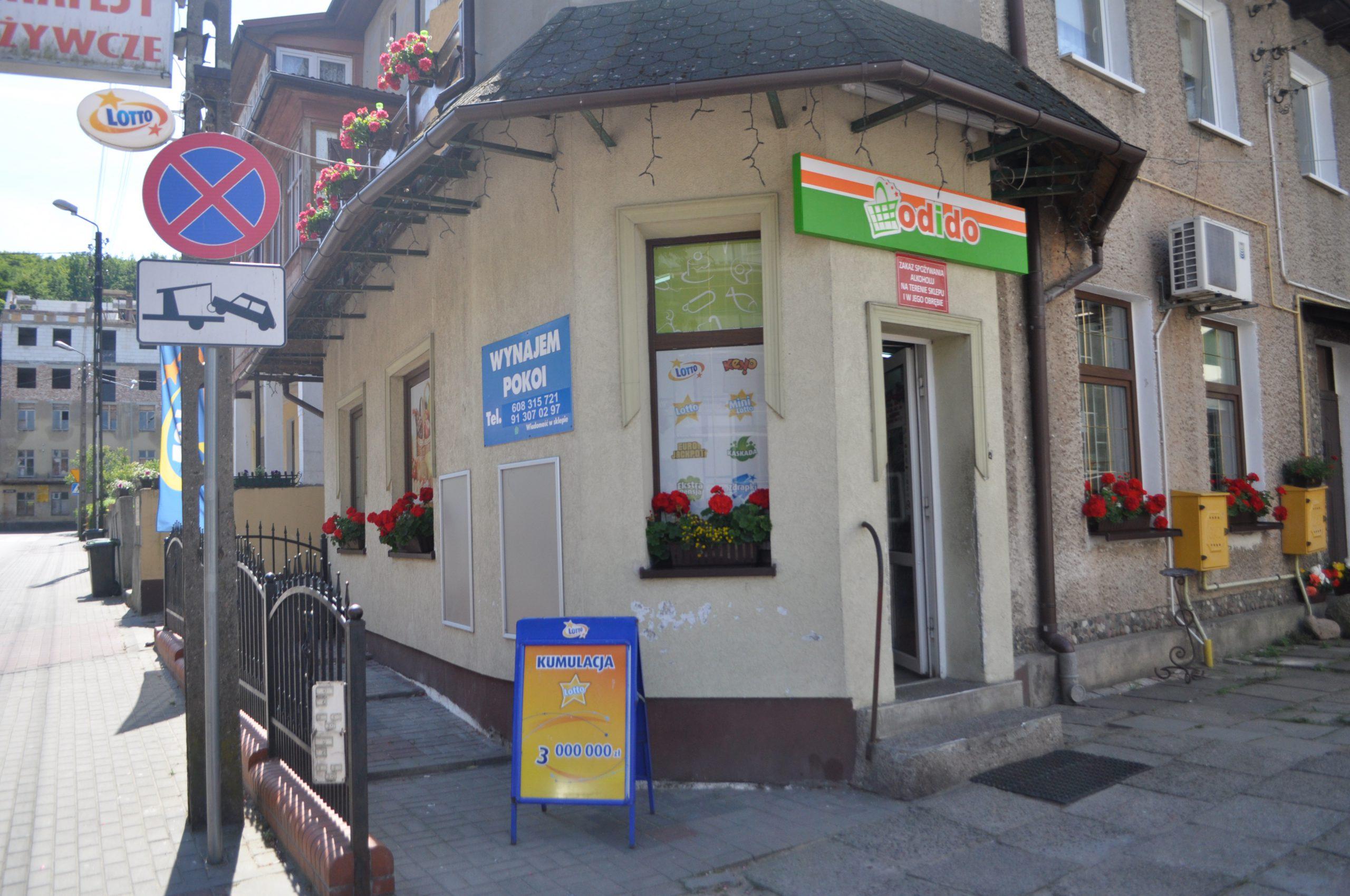 Polacy chodzą do sklepów spożywczych… na kawę i zapiekanki