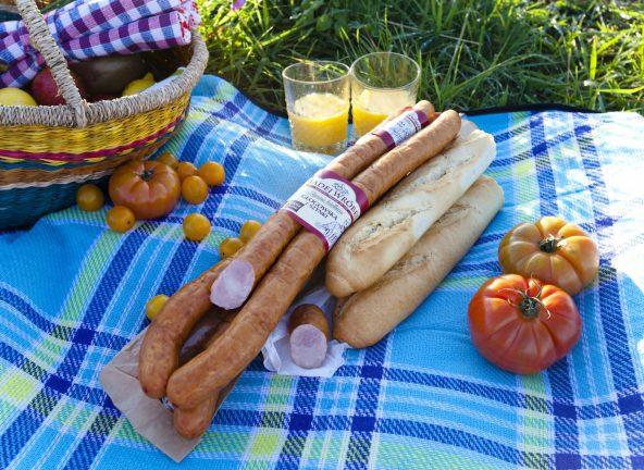 Z kiełbasą na piknik