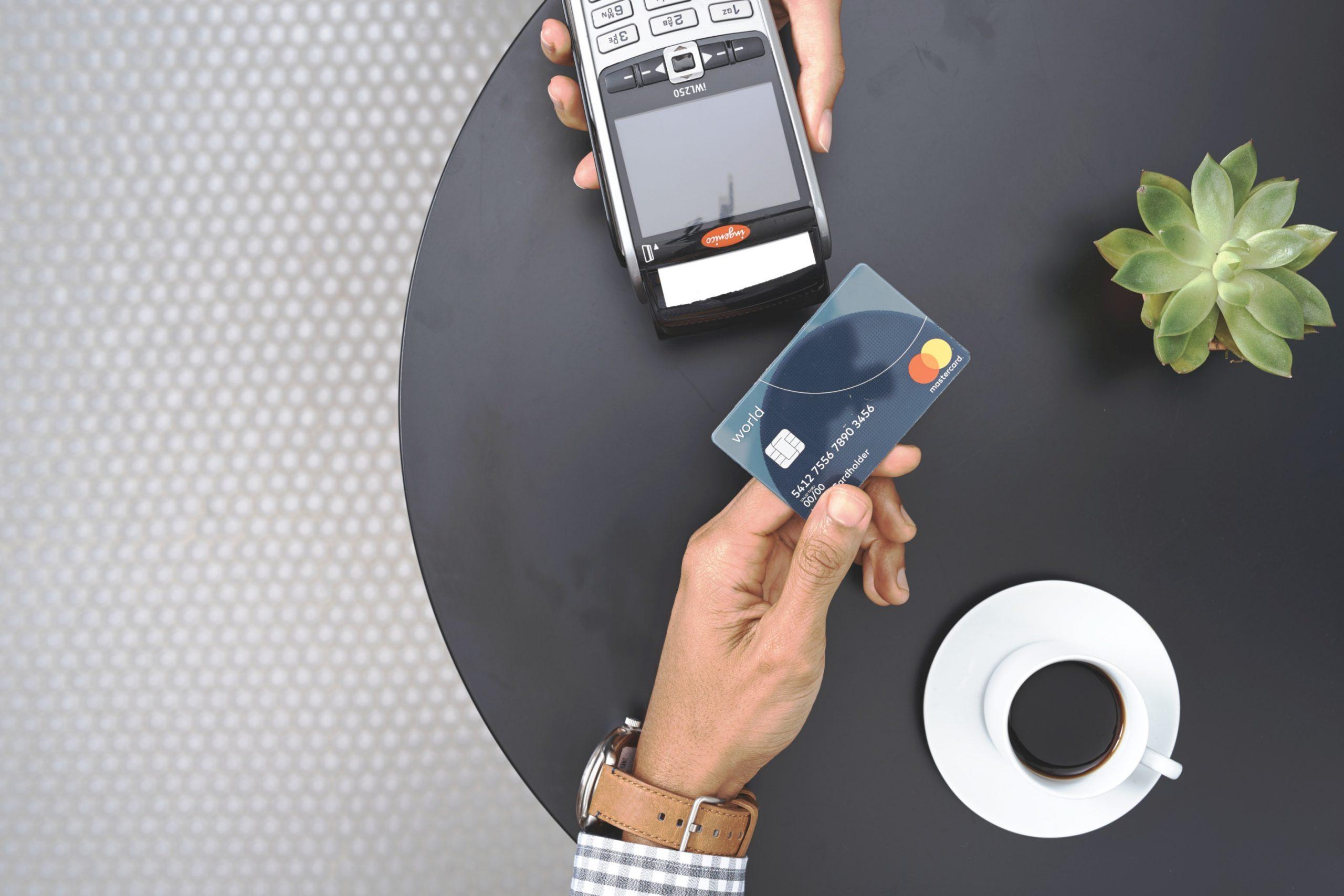 Polacy coraz chętniej płacą kartami zbliżeniowymi