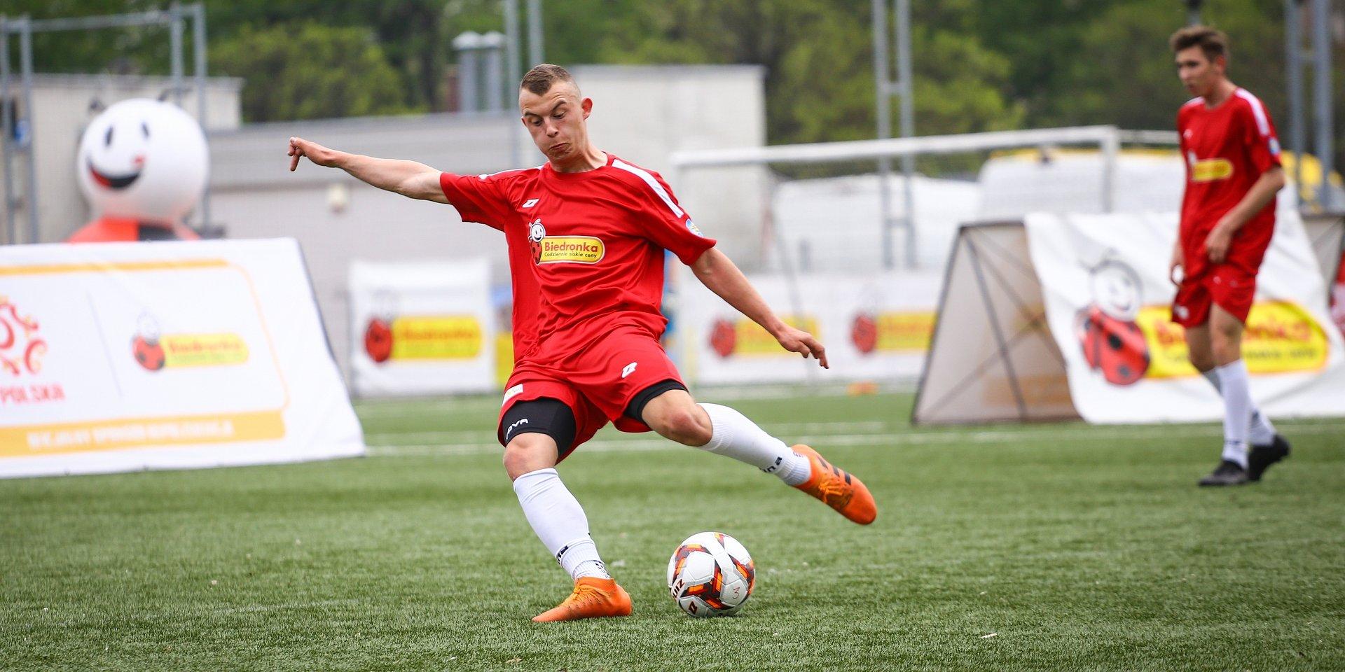 Biedronka wspiera młodych piłkarzy z domów dziecka
