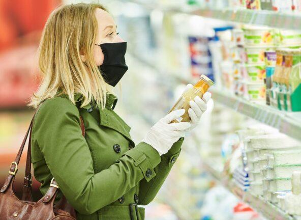 Pod wpływem pandemii konsumenci robią zakupy spożywcze rzadziej, ale większe