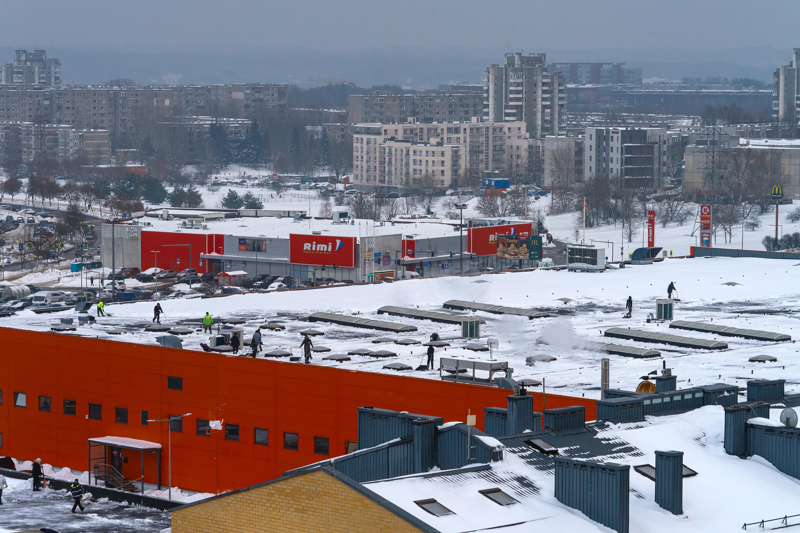 Wielkopolskie: kontrole odśnieżania dachów dużych obiektów handlowych