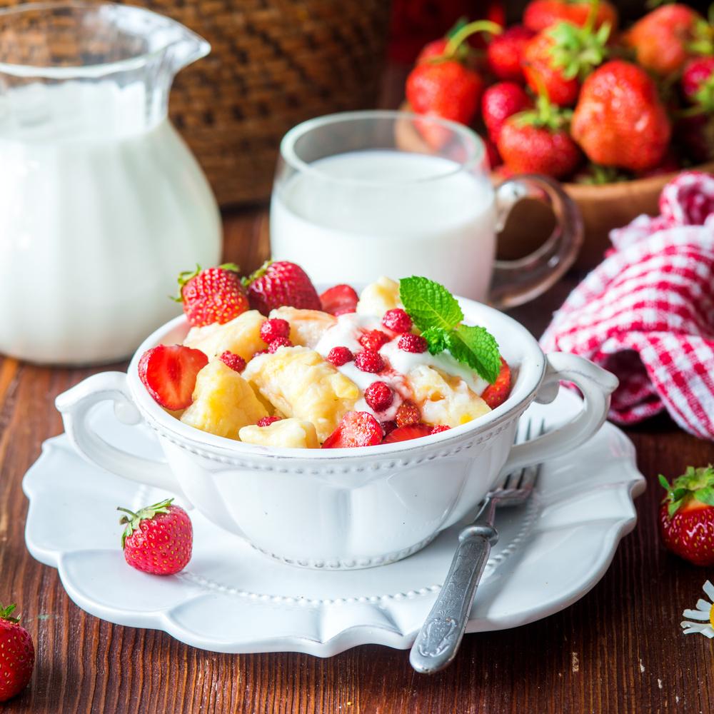 Pierogi z owocami i śmietaną letni obiad